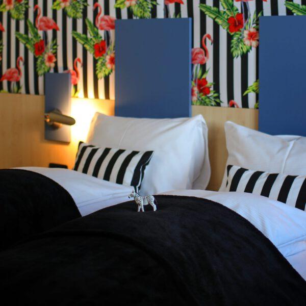 Kuschliges Doppelzimmer im Zerba Look mit bunter Tapete ganz modern