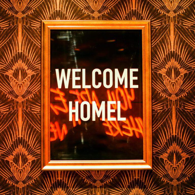Willkommen Homel ein Bild von vielen Artworks im Wohnzimmer
