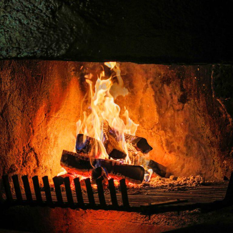 Im Wohnzimmer am Arlberg geht das Kaminfeuer und sorgt für eine tolle Atmosphäre